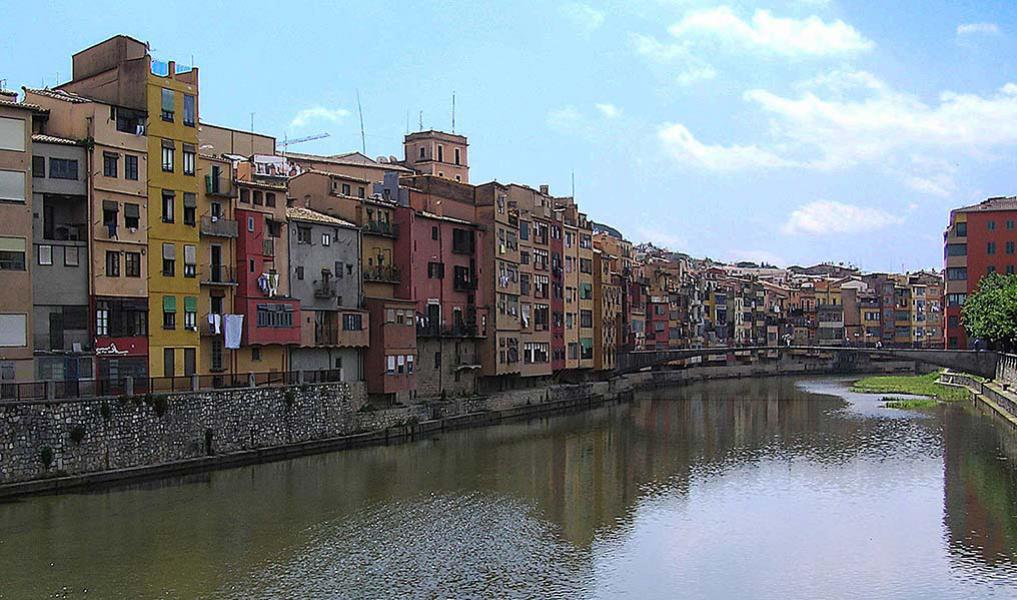 Riu Onyar. The flight took us to Girona, and we did a stop to the town. Here is a view out over river Riu Onyar from Pont de Sant Feliu in Girona.